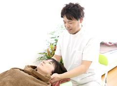 笛吹市石和町 | ふえふき整骨院の、交通事故によるむち打ちの首の治療の様子
